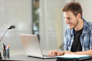 Glade Lærling med computer